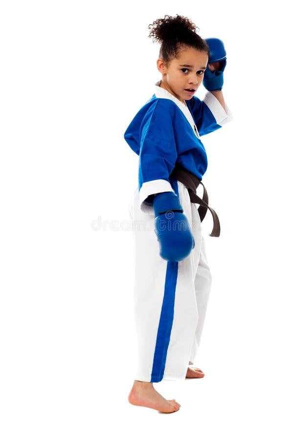 Niño del karate listo para el combate foto de archivo