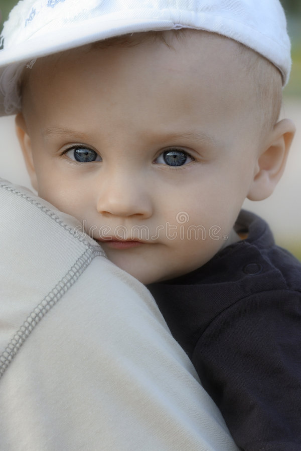 Niño del muchacho en el hombro de un padre fotos de archivo libres de regalías