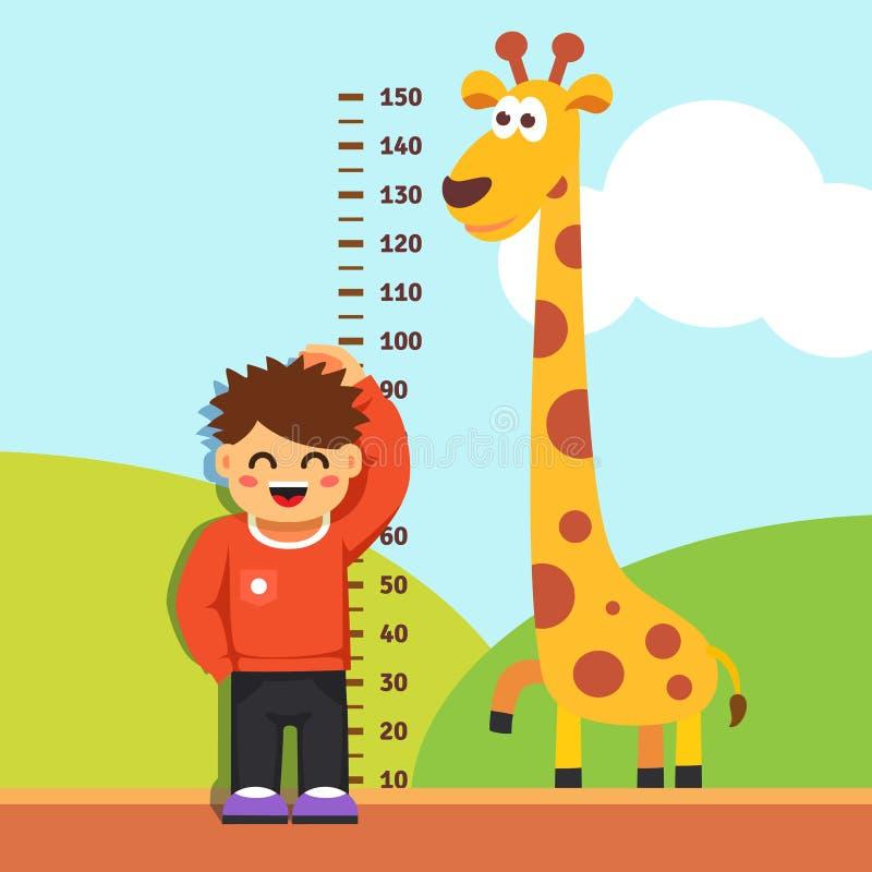 Niño del muchacho que mide su altura en la pared de la guardería fotografía de archivo