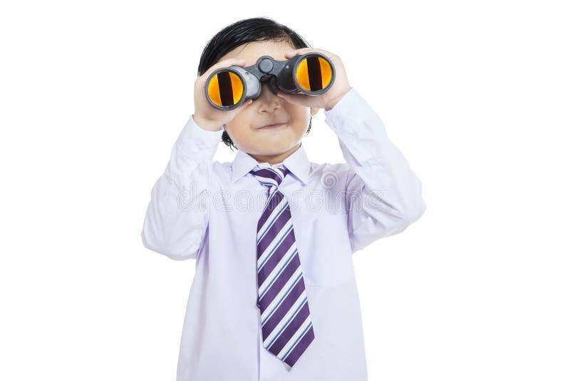 Niño del negocio del primer que sostiene los prismáticos - aislados fotografía de archivo libre de regalías