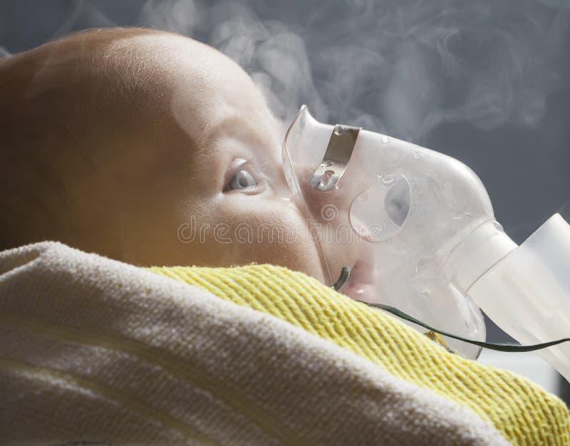 Niño del niño de la inhalación de la mamá bajo un año imagen de archivo libre de regalías