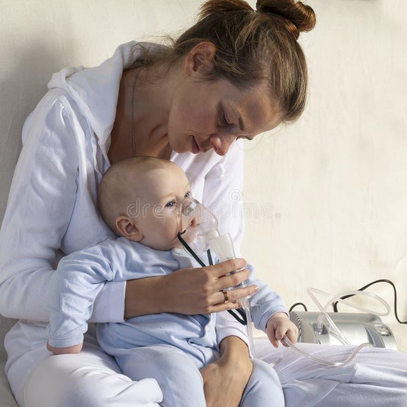 Niño del niño de la inhalación de la mamá bajo un año fotografía de archivo libre de regalías