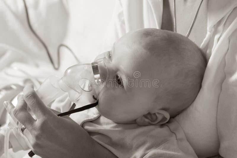 Niño del niño de la inhalación de la mamá bajo un año imagenes de archivo