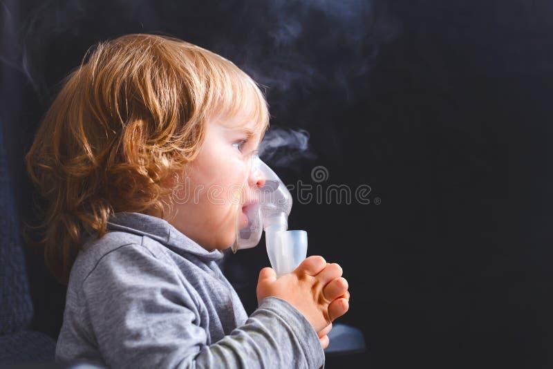 Niño del niño de la inhalación debajo de dos años fotografía de archivo libre de regalías