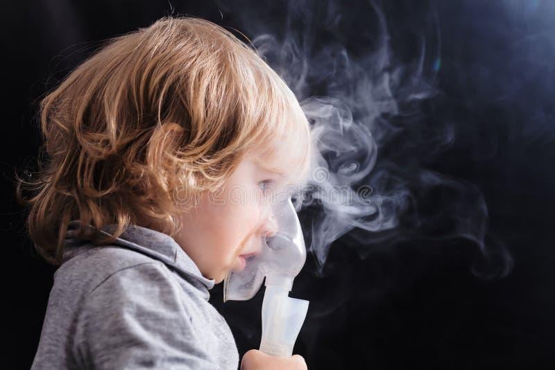 Niño del niño de la inhalación debajo de dos años imágenes de archivo libres de regalías