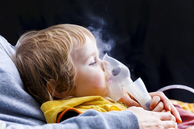 Niño del niño de la inhalación del bebé debajo de dos años foto de archivo libre de regalías