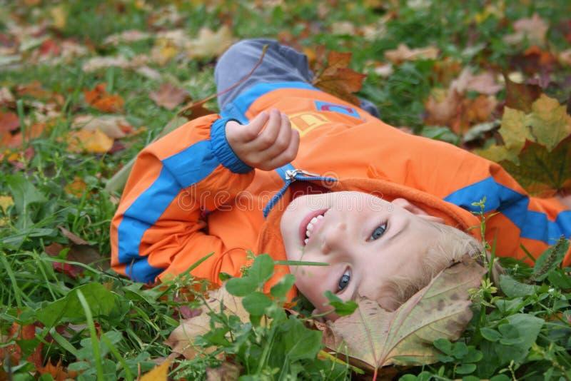 Niño del otoño foto de archivo
