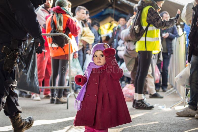 Niño del refugiado, chica joven, el esperar stading en la frontera entre Serbia y Croacia foto de archivo libre de regalías