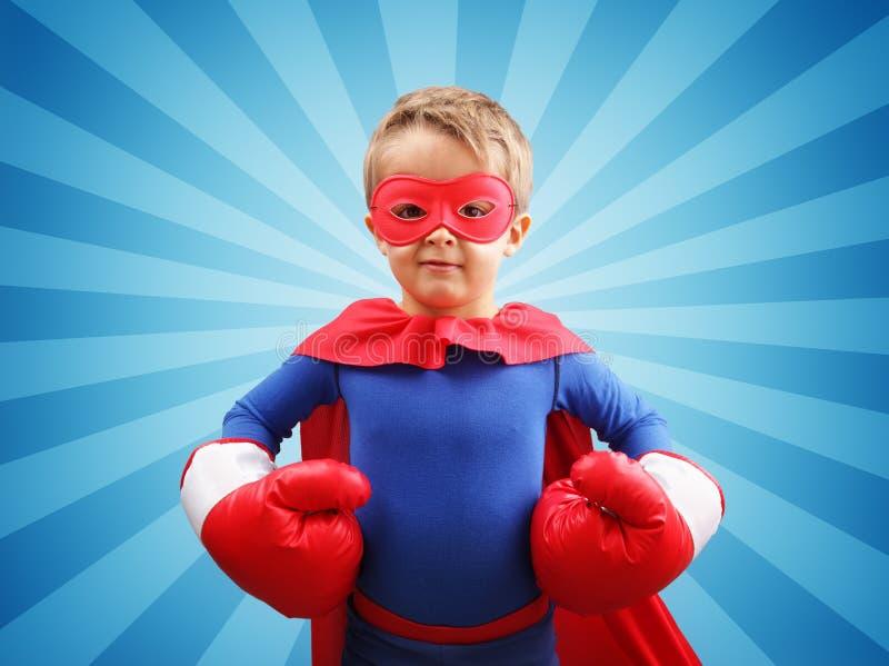 Niño del super héroe con los guantes de boxeo foto de archivo libre de regalías