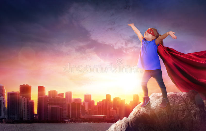 Niño del super héroe con paisaje urbano fotos de archivo