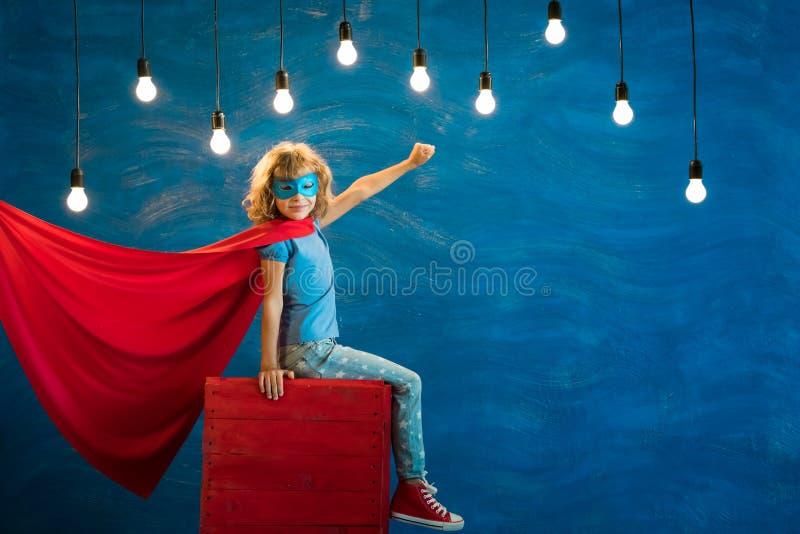 Niño del super héroe en casa foto de archivo