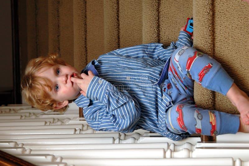 Niño del tiempo de la cama imagen de archivo
