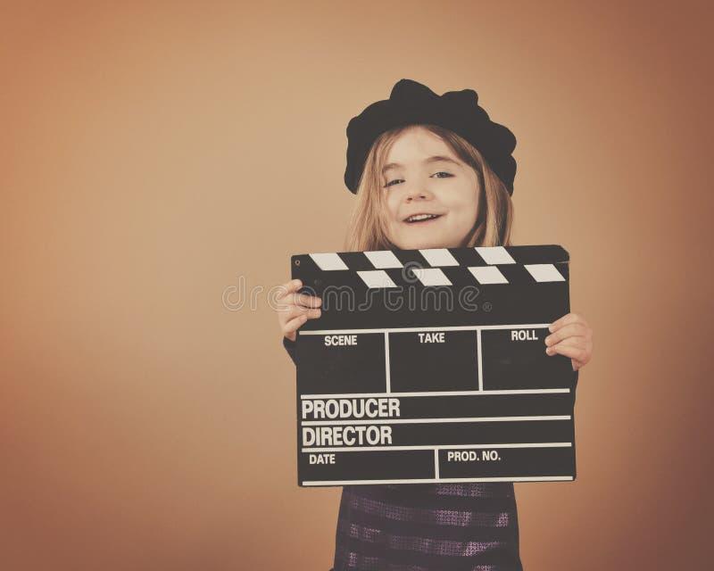 Niño del vintage con la tablilla de la película de cine foto de archivo