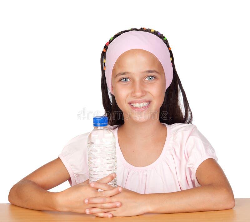 Niño divertido con la botella de agua imágenes de archivo libres de regalías
