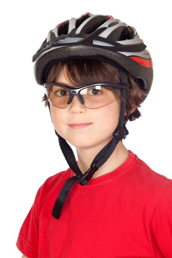 Niño divertido con vidrios y un casco de la bicicleta fotografía de archivo