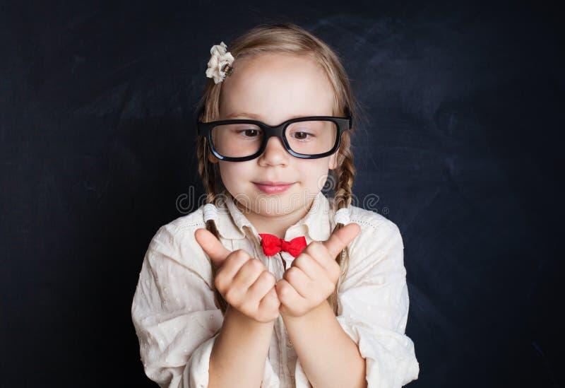 Niño divertido en fondo de la pizarra Muchacha sonriente feliz fotos de archivo libres de regalías