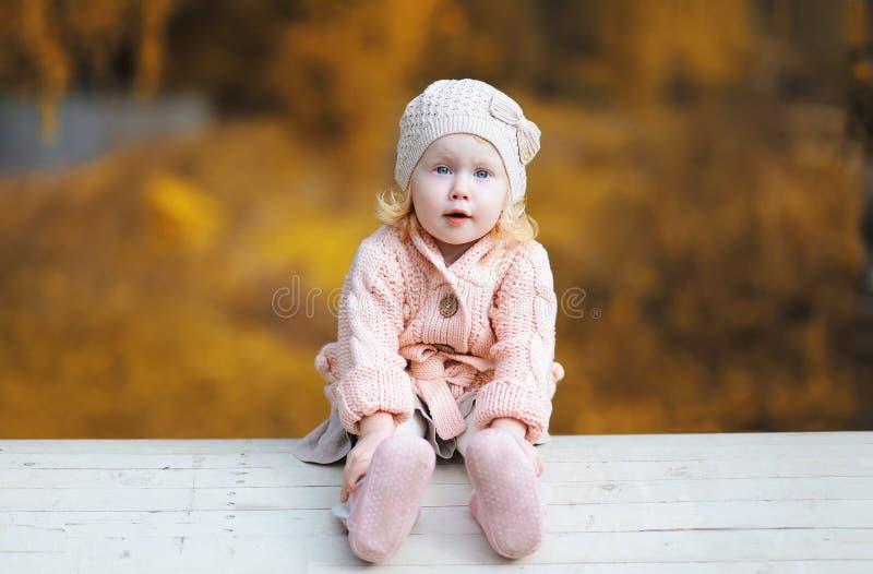 Niño divertido lindo de la niña fotos de archivo libres de regalías
