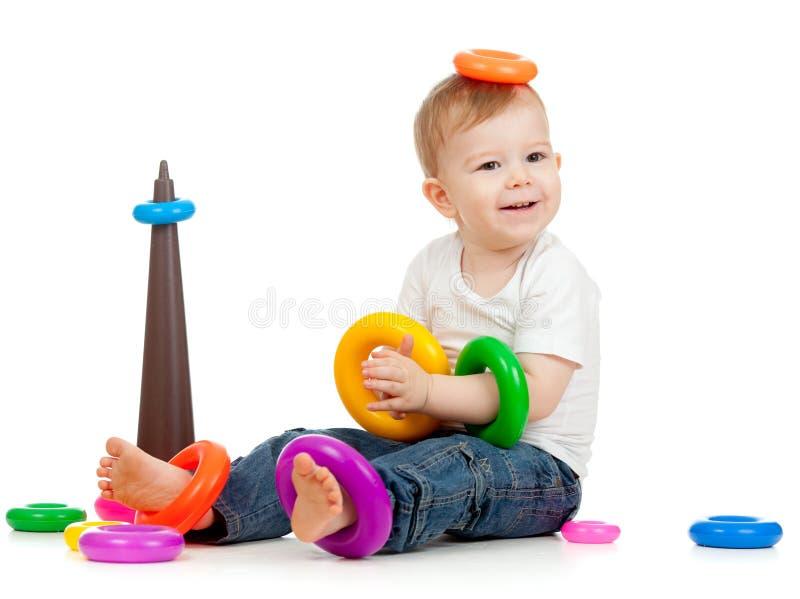 Niño divertido que juega con el pyramidion del color imágenes de archivo libres de regalías