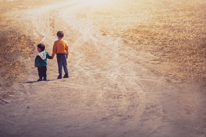 Niño dos en el campo fotos de archivo libres de regalías