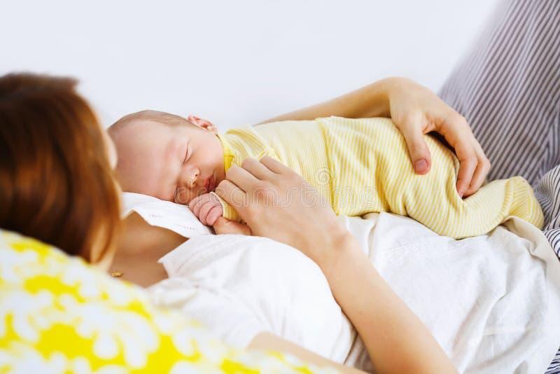 Niño durmiente recién nacido imagenes de archivo