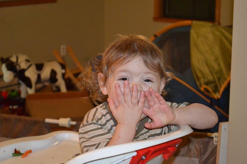 Niño emocionado imagenes de archivo