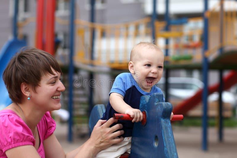 Niño emocionado con la madre imagen de archivo