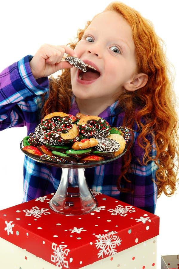 Niño emocionado de la muchacha en pijamas con la bandeja de galletas imagen de archivo libre de regalías