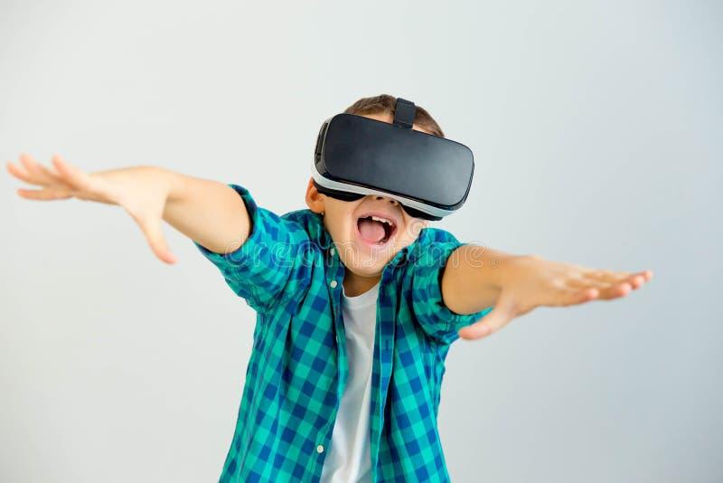 Niño en auriculares de VR fotografía de archivo