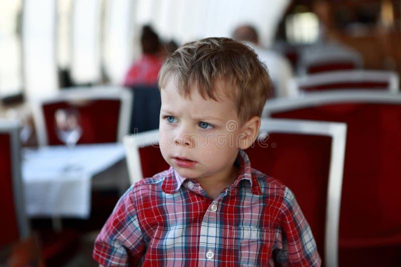 Niño en café fotos de archivo
