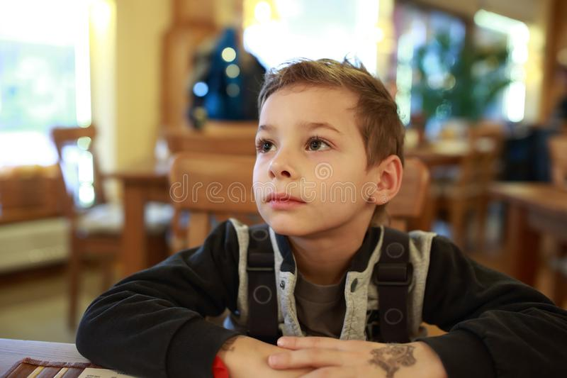 Niño en café foto de archivo