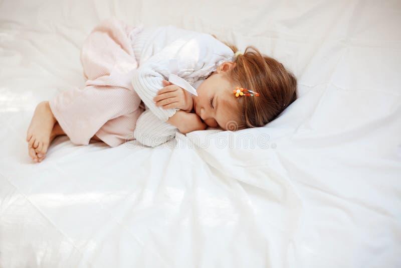 Niño en cama foto de archivo libre de regalías