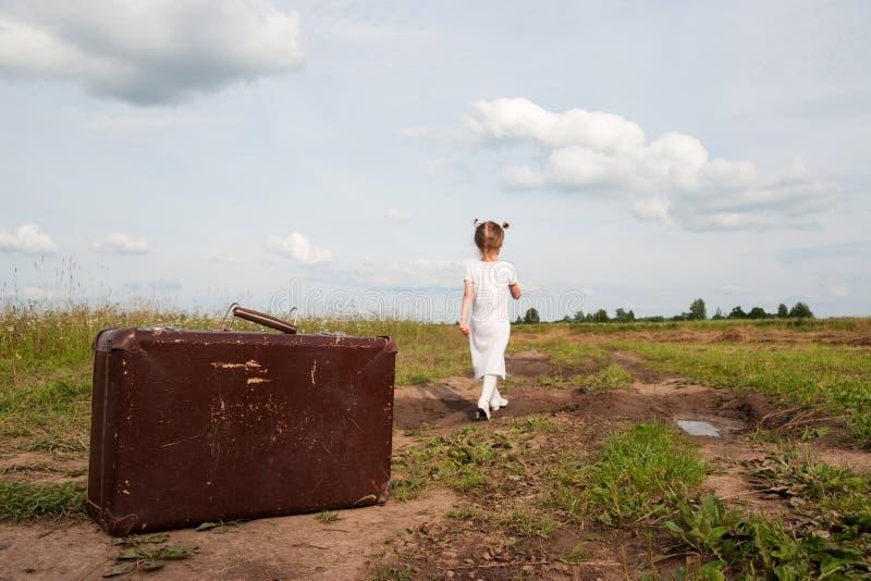 Niño en campo imagen de archivo