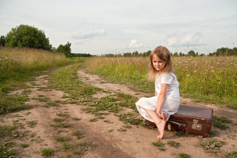 Niño en campo fotografía de archivo