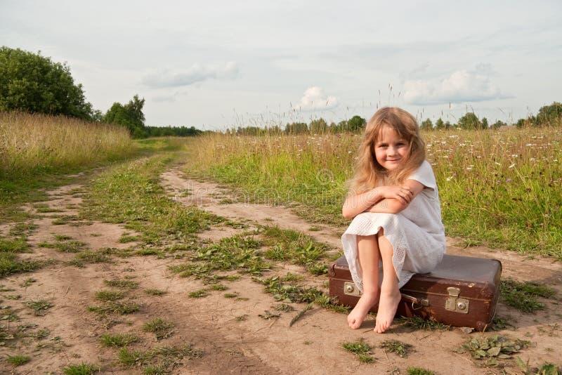 Niño en campo imagenes de archivo