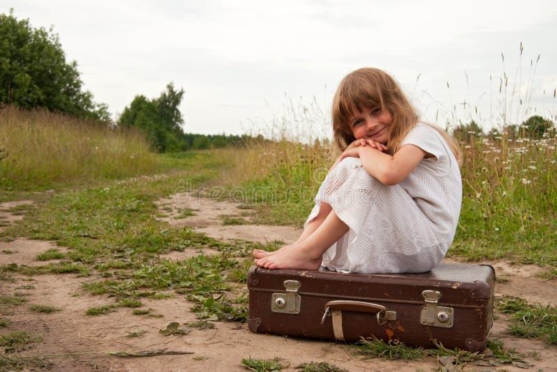Niño en campo foto de archivo
