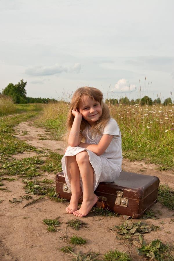 Niño en campo imagen de archivo libre de regalías