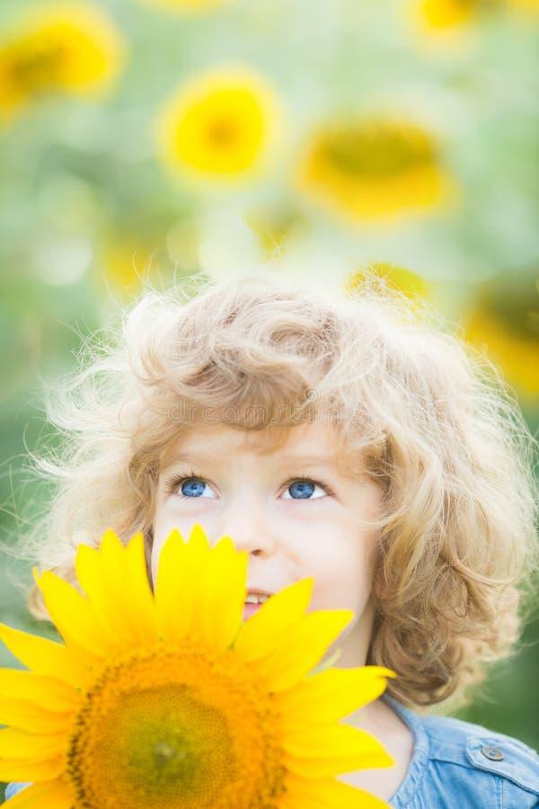 Niño en campo de la primavera imagen de archivo libre de regalías