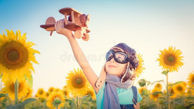 Niño en campo de la primavera imágenes de archivo libres de regalías