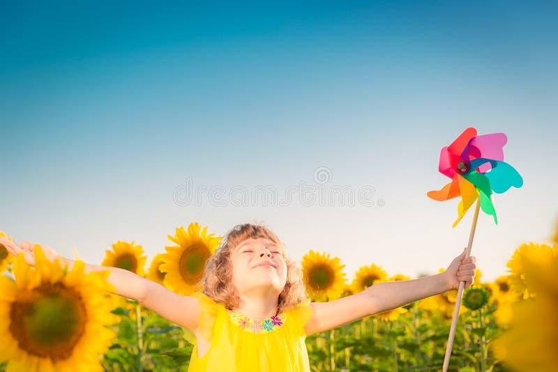 Niño en campo de la primavera fotos de archivo libres de regalías