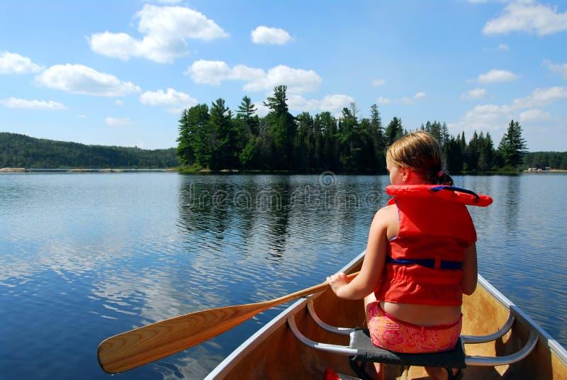 Niño en canoa foto de archivo libre de regalías