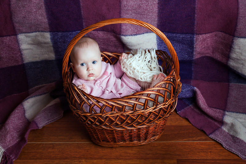 Niño en cesta fotos de archivo