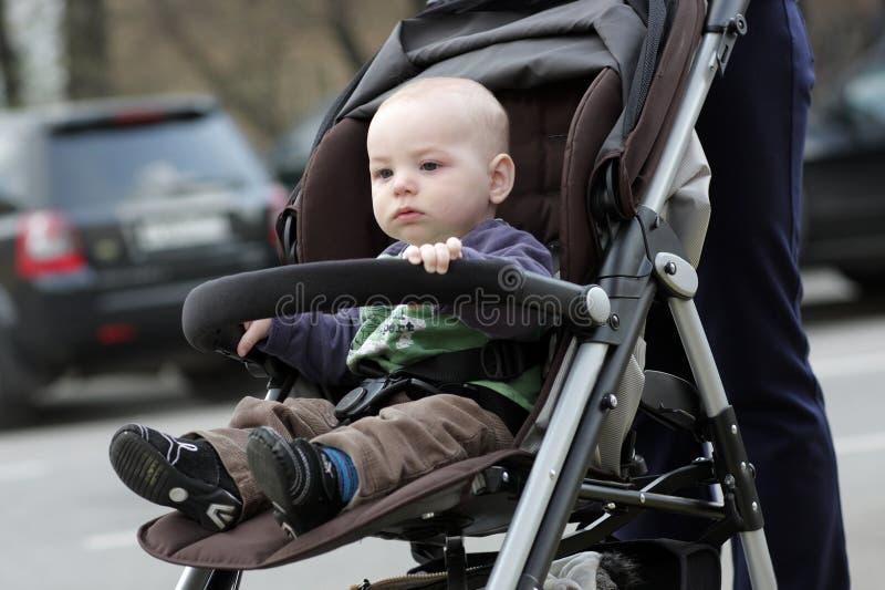 Niño en cochecito imagen de archivo