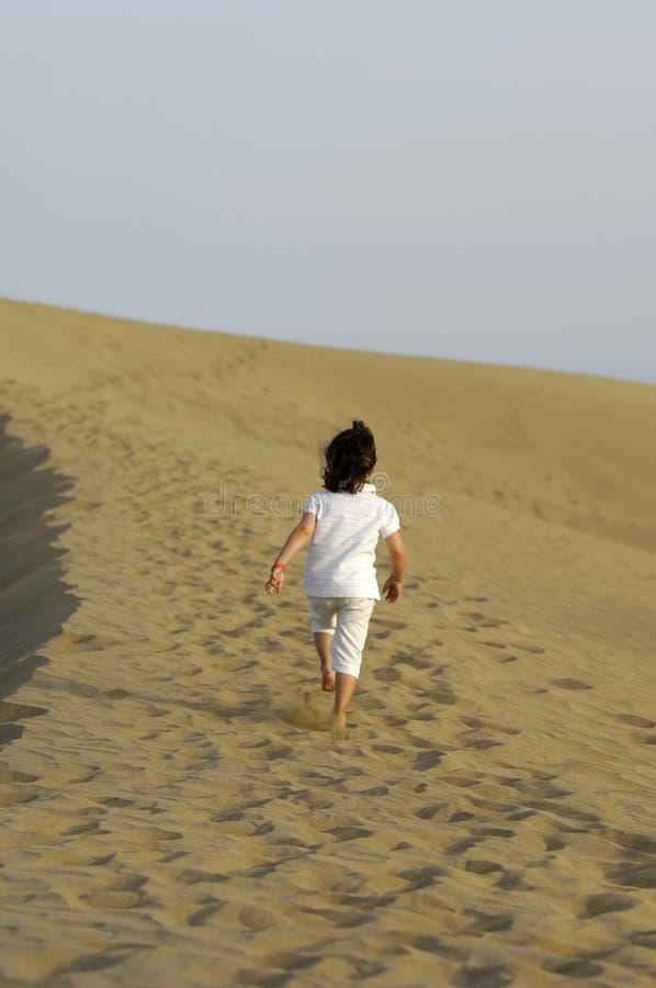 Niño en desierto fotografía de archivo