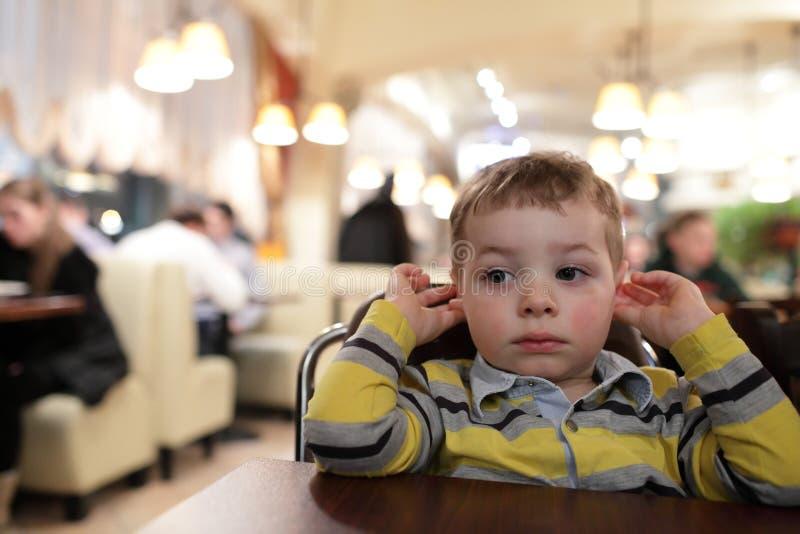 Niño en el café imagenes de archivo