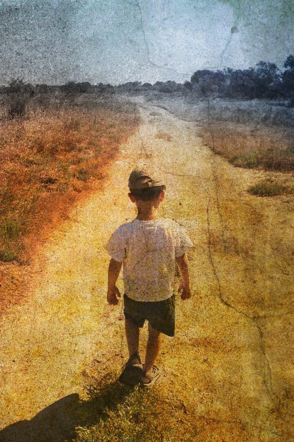 Niño en el camino foto de archivo libre de regalías