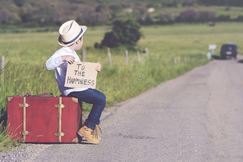 Niño en el camino fotografía de archivo libre de regalías