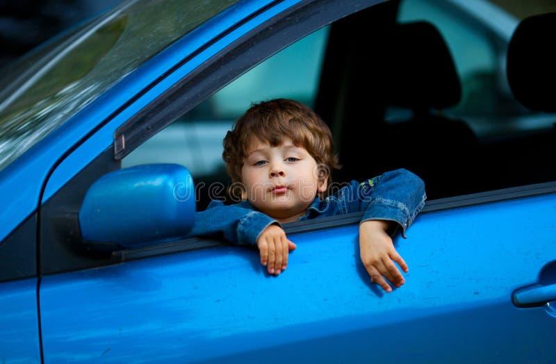 Niño en el coche fotografía de archivo