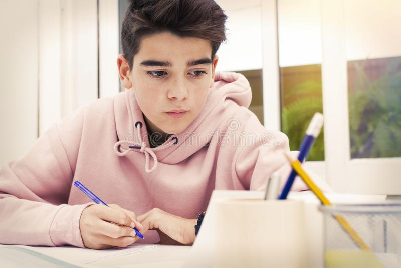 Niño en el escritorio de la escuela imagen de archivo