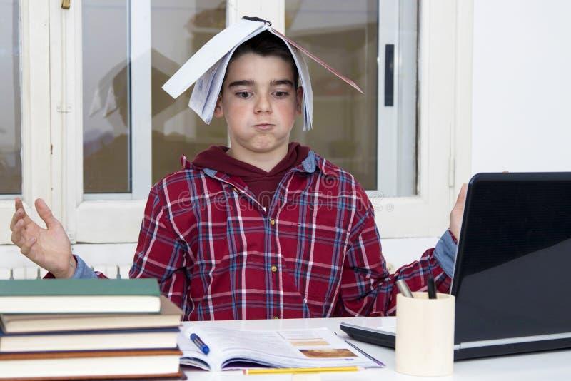 Niño en el escritorio de la escuela imágenes de archivo libres de regalías