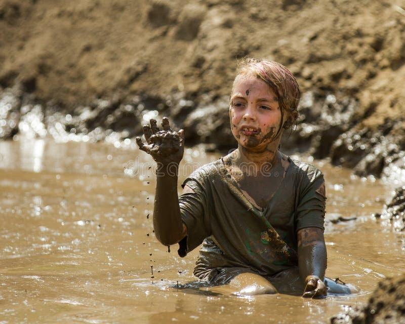 Niño en el fango foto de archivo libre de regalías